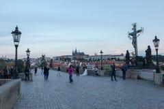 清早在查尔斯桥梁的照片写真在布拉格 免版税库存照片
