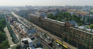 清早在米斯克,白俄罗斯 城市交通中央街道,私有房子,大厦夏天都市风景鸟瞰图  股票录像