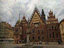 清早射击了城镇厅在弗罗茨瓦夫,波兰 免版税库存照片
