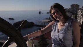 清早少女在酒店房间的大阳台站立俯视海和呼吁她的丈夫 股票录像