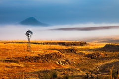 清早有薄雾的风景 库存照片