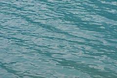 清早波纹在路易丝湖 免版税库存照片