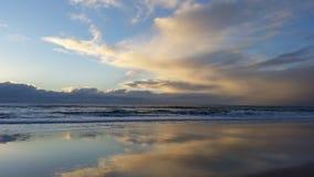 清早海滩日出 库存图片