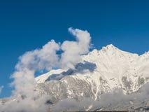 清早白色ne纯净的白色雪的瑞士阿尔卑斯 库存照片