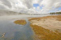 清早蒸汽和薄雾在一个温泉 免版税库存图片
