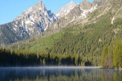 清早薄雾在黄石盖一个湖 库存图片