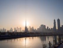 清早迪拜的全景与一座桥梁的日出的在城市渠道希腊语的迪拜 图库摄影