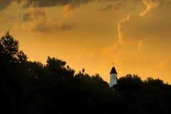 清早雷暴创造在小镇的美术的日出 免版税库存图片