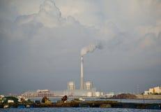 清早雾的工厂 免版税库存图片