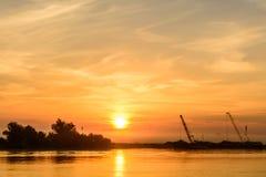 清早靠码头在码头附近的两条小船 水平 免版税库存照片