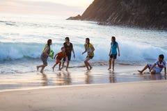 清早,在波浪的家庭游泳在海,越南 库存照片