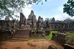 清早Bayon寺庙的西部入口作为吴哥窟废墟古庙柬埔寨2013年12月28日一部分 免版税库存图片