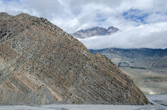 清晰地尼泊尔山可看见的层状地质结构  图库摄影