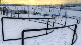 清楚的全景绳索爬升套架和弯曲路与扶手栏杆在一个公园在冬天 图库摄影