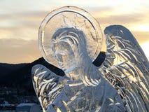 清楚的冰天使反对天空和山的 库存图片