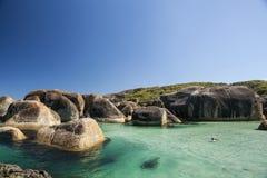 清楚的天空、大海和岩石在阿尔巴尼西澳州 库存图片