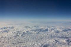 清楚的天空空间通过飞机窗口 免版税库存照片