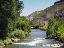 清楚的小河和库尔斯啤酒厂在金黄科罗拉多 免版税库存图片
