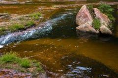 清楚的小河流动的水 库存照片