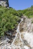 清楚的山小河和瀑布 库存照片