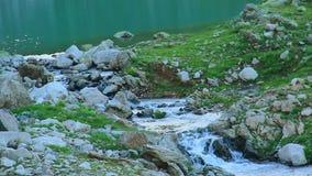 清楚的山小河,流动在岩石之间的水起点  影视素材