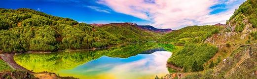清楚的山湖 免版税库存照片