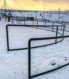 清楚的方形的绳索爬升套架和弯曲路与扶手栏杆在一个公园在冬天 图库摄影
