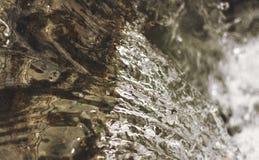 清楚的明亮的小河流经山 库存照片