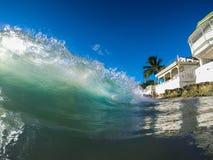 清楚的明亮的颜色波浪在加勒比 免版税库存照片