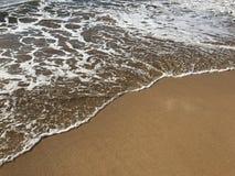 清楚的水和软的沙子会议在海岸线 库存照片