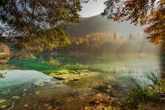 清楚的水在有sunsine的Fusine湖 库存图片