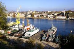 清楚的海工业城市,秋天天,海湾,其中有老船 库存照片