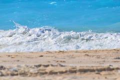 清楚的海波浪 免版税库存照片