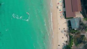 清楚的海浪在黄色沙滩垂直的视图滚动 股票录像