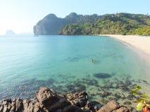 清楚的海白色沙子海滩 免版税库存图片