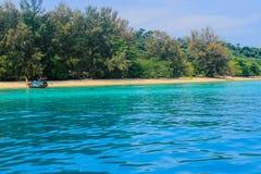 清楚的海,美丽的海滩 图库摄影