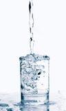 清楚的玻璃液体倾吐的飞溅 免版税库存照片