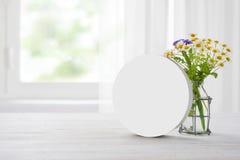 清楚的简单的横幅立场和春黄菊花束在木桌上 库存图片