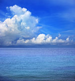 清楚的蓝天空白云彩和海水 免版税库存照片