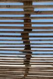 清楚的蓝天通过木板条屋顶 库存图片