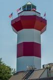 清楚的蓝天以港口镇灯塔-著名l为特色 免版税库存照片