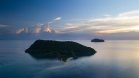 清楚的蓝色海日落鸟瞰图有渡轮的 免版税库存图片