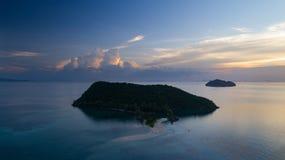 清楚的蓝色海日落鸟瞰图有渡轮的 图库摄影
