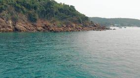 清楚的蓝色海绿色海岛和棕色石头令人敬畏的看法  股票视频