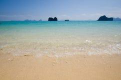 清楚的蓝色海滩在夏天泰国 库存照片
