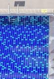 清楚的蓝色游泳池顶视图与钢梯子和1的 15 库存图片