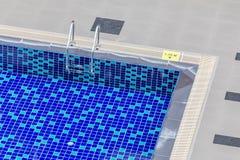 清楚的蓝色游泳池顶视图与钢梯子和1的 15 免版税图库摄影