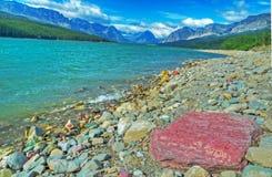 清楚的蓝色湖在冰川国家公园 库存图片