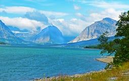 清楚的蓝色湖在冰川国家公园 免版税库存图片