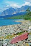 清楚的蓝色湖在冰川国家公园 图库摄影